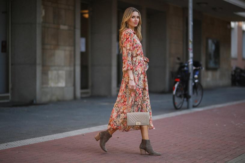 Sztyblety świetnie pasują do sukienek o długości midi /Getty Images