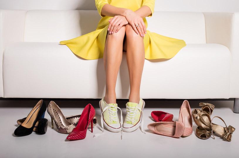 Szukasz butów na lato? Pomyśl o sandałach na koturnie /123RF/PICSEL
