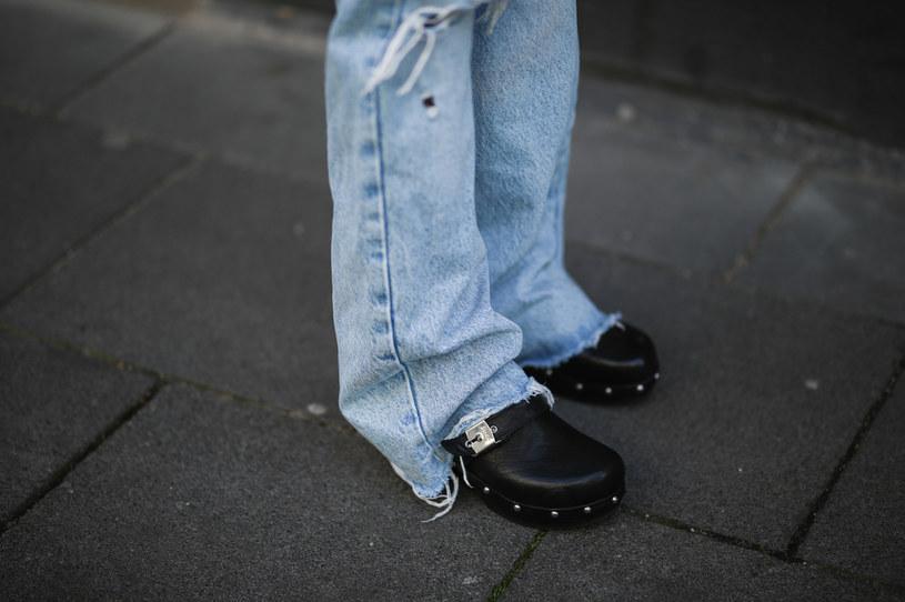 Szukasz wygodnych i stylowych butów na lato? Postaw na chodaki damskie! /Getty Images