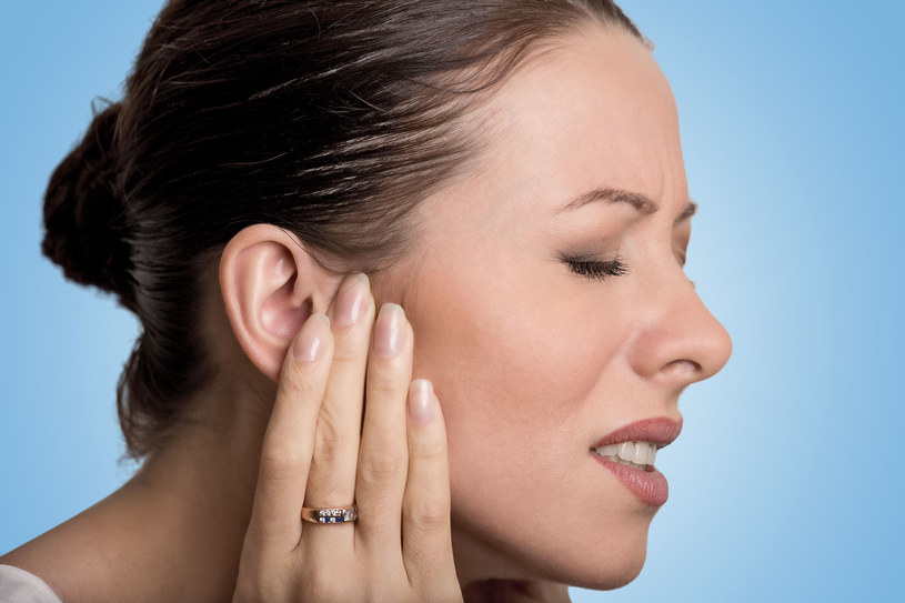 Szum w uszach bywa równie uciążliwy, co ich ból /123RF/PICSEL
