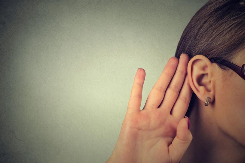 Szumy uszne są bardzo specyficznym uczuciem. Można się ich szybko pozbyć stosując domowe metody /123RF/PICSEL