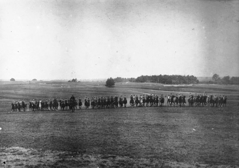 Szwadron Hallerczyków w galopie. Reprodukcja fotografii z lat 1919-1920 /Z archiwum Narodowego Archiwum Cyfrowego