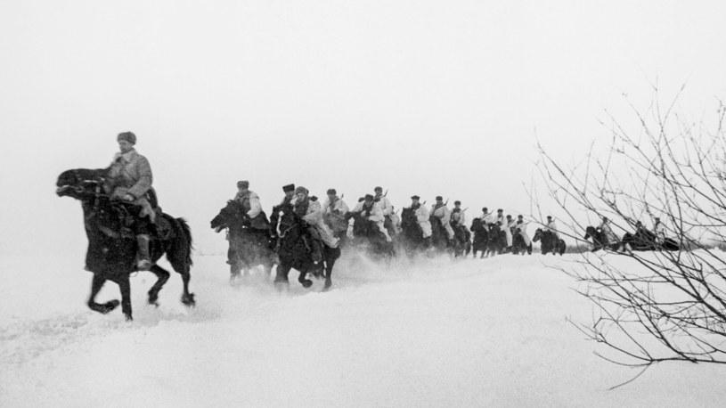 Szwadron radzieckiej kawalerii w marszu przez śnieg /domena publiczna