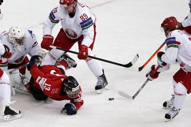 Szwajcar Kevin Fiala w ataku na białoruską bramkę /PAP/EPA