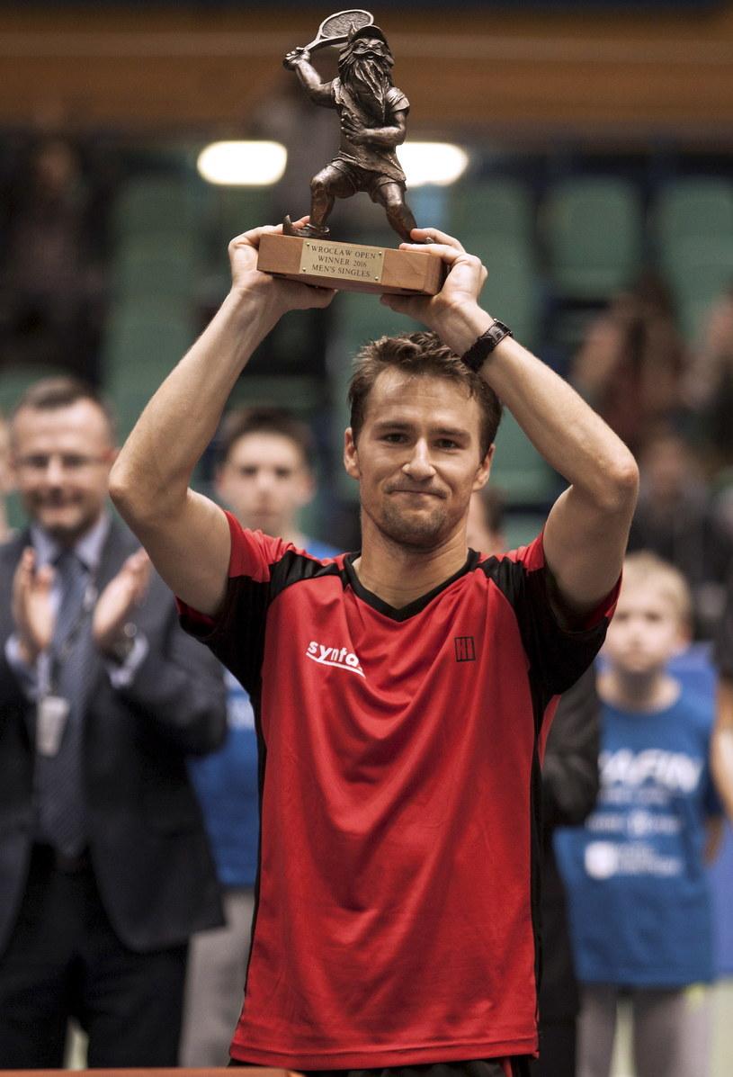 Szwajcar Marco Chiudinelli z trofeum /Aleksander Koźmiński /PAP