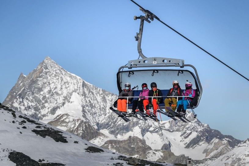 Szwajcarskie Alpy zapraszają narciarzy, ale nie z Polski. W tym kraju od 18 grudnia obowiązuje 10-dniowa kwarantanna dla polskich gości /FABRICE COFFRINI /AFP