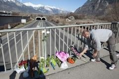 Szwajcarzy składają kwiaty w miejscu wypadku belgijskiego autokaru