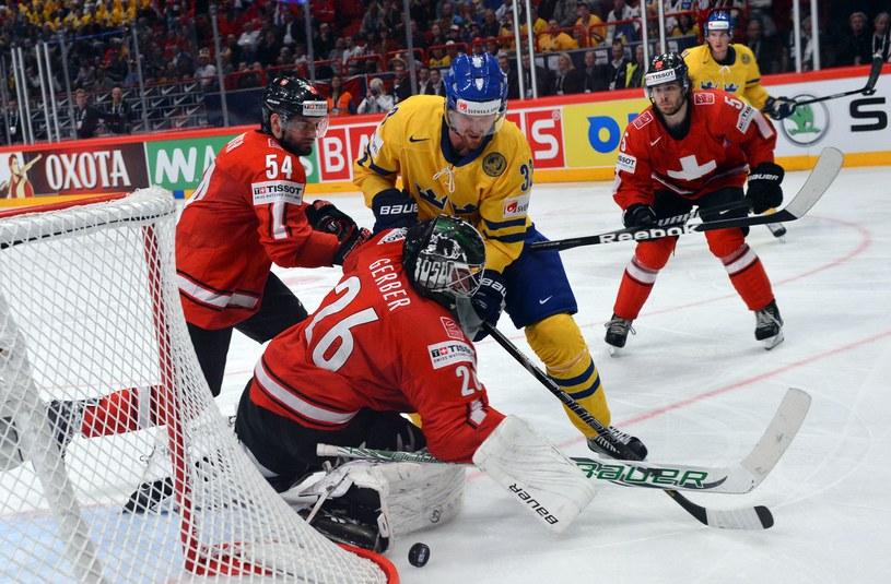 Szwed Henrik Sedin w ataku na bramkę Szwajcarii /AFP