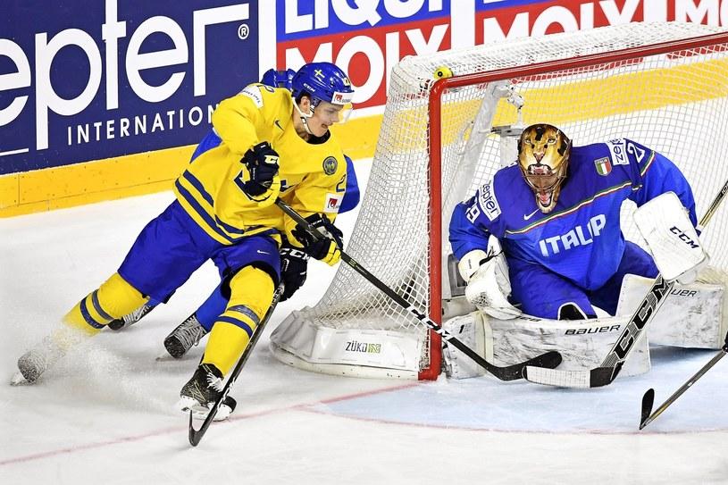 Szwed Joel Eriksson Ek (z lewej) atakuje włoską bramkę Frederica Cloutiera /PAP/EPA