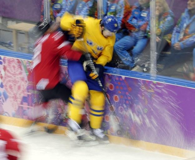 Szwed Patrik Berglund (po prawej) walczy o krążek ze Szwajcarem Julienem Vauclairem /ANATOLY MALTSEV  /PAP/EPA