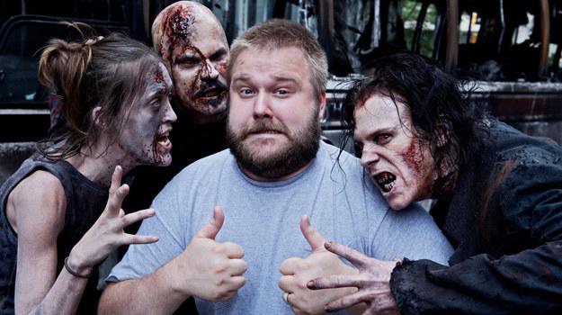Szwędacze mają wyglądać na głodnych, wychudzonych i opętanych jedną myślą – jeść. Na zdjęciu razem z producentem wykonawczym serialu - Robertem Kirkmanem. /Facebook/ The Walking Dead /materiały prasowe