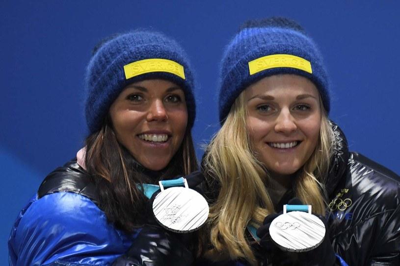 Szwedki Charlotte Kalla (z lewej) i Stina Nilsson z medalami igrzysk w Pjongczangu /AFP