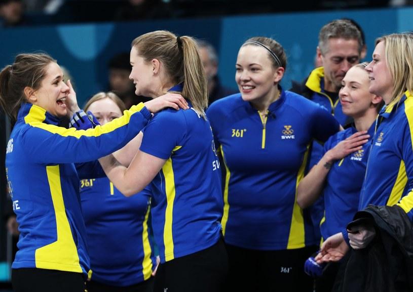 Szwedki świętują triumf w curlingu /PAP/EPA
