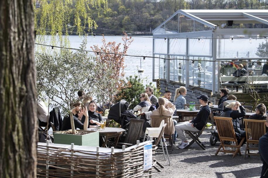 Szwedzi w ogródku restauracyjnym w Sztokholmie cieszą się ładną pogodą /Jessica Gow  /PAP/EPA