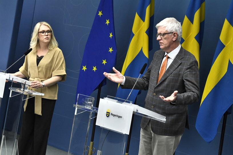 Szwedzka minister zdrowia i spraw społecznych Lena Hallengren oraz dyrektor generalny szwedzkiej Agencji Zdrowia Publicznego Johan Carlson na konferencji prasowej dotyczącej restrykcji w związku z epidemią. /Claudio Bresciani    /PAP/EPA