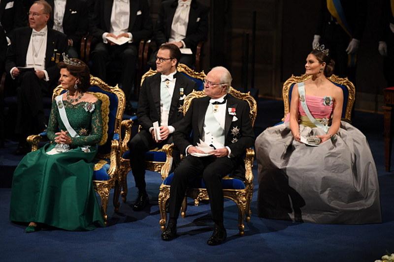Szwedzka rodzina królewska w trakcie ceremonii wręczenia Nagrody Nobla w 2018 roku. To przed królem Szwecji będą dygać nobliści. /Pascal LeSegretain /Getty Images