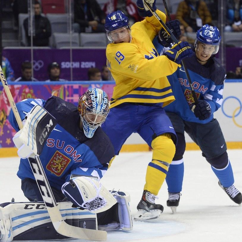 Szwedzki hokeista Nicklas Backstroem (w środku) /AFP