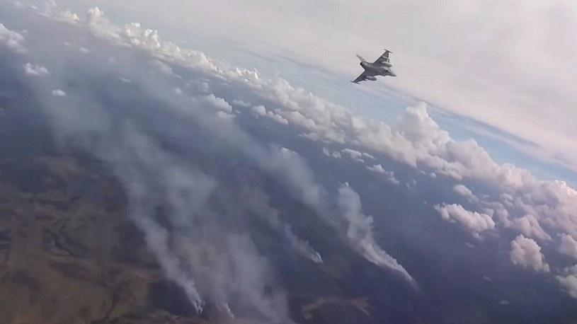 Szwedzkie myśliwce pomagają gasić pożary. Zrzucają bomby na lasy /Geekweek