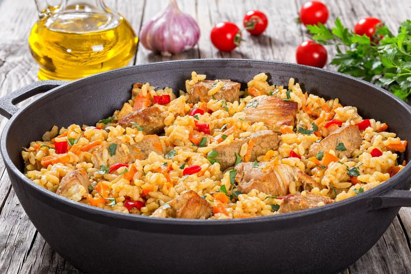 Szybka paella z chorizo i kurczakiem /123RF/PICSEL