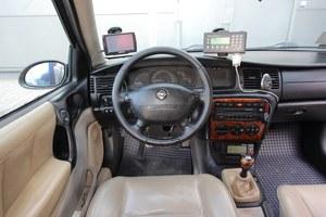 """""""Szybka"""" przed zestawem wskaźników zmatowiała ze starości, ale wszystko działa jak należy. Na zdjęciu widać wyposażenie Taxi – taksometr (na dole), terminal (po prawej u góry). /Motor"""