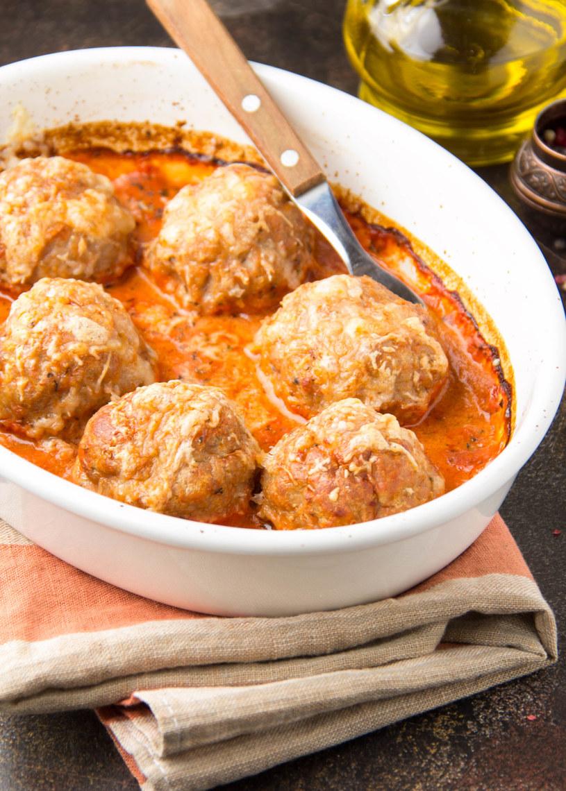 Szybki i prosty przepis na smakowite kotleciki zapiekane z sosem pomidorowym /123RF/PICSEL