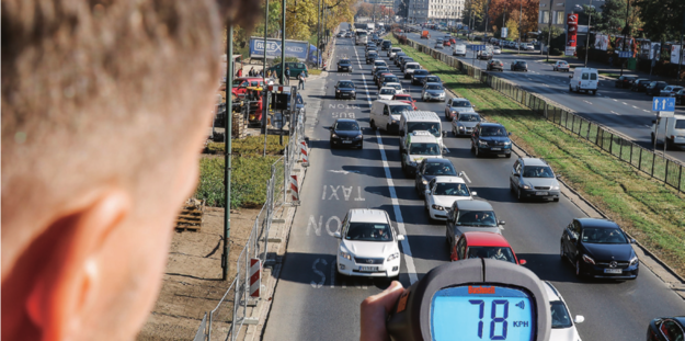 SZYBKO I NIELEGALNIE kierowcy dość często traktują buspas jak miejsce, gdzie można szybko przemieszczać się, omijając korki. /Motor