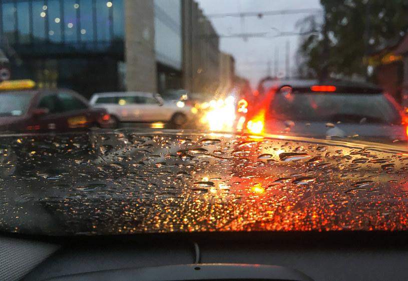 Szybko zapadający zmrok, opady, piesi ubrani na czarno i bez odblasków... To czeka kierowców już wkrótce /Piotr Kamionka /Reporter