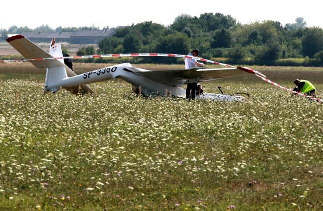 Szybowiec spadł na trawiastą murawę lotniska z wysokości około 100 metrów /Marcin Bednarski /PAP