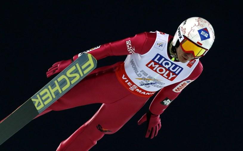 Szybuje Kamil Stoch w konkursie skoków na skoczni HS-134 w mistrzostwach świata w narciarstwie klasycznym w szwedzkim Falun /Grzegorz Momot /PAP