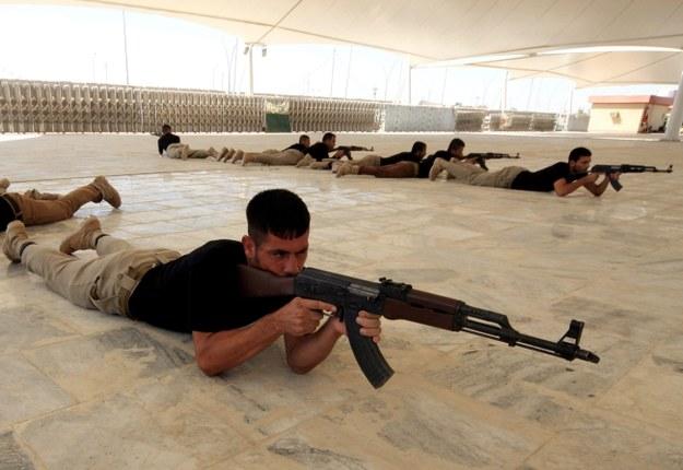 Szyici, którzy musieli uciekać przed dżihadystami, podczas treningu wojskowego /ALAA AL-SHEMAREE /PAP/EPA