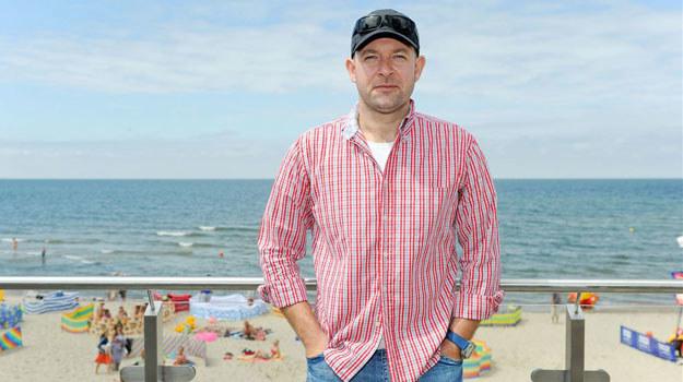 """Szymon Bobrowski, czyli Bronek z serialu """"Krew z krwi"""", na plaży w Międzyzdrojach /Agencja W. Impact"""