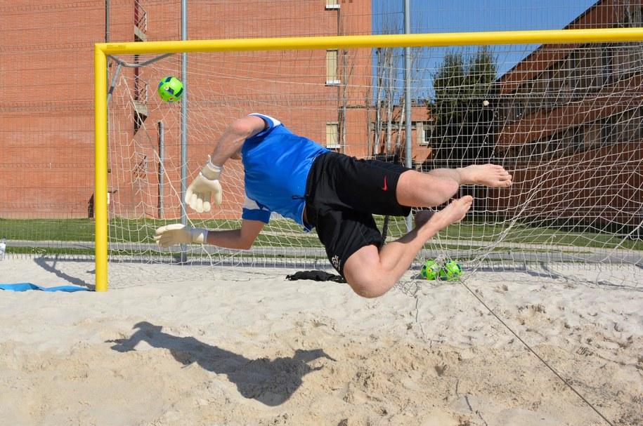 Szymon Gąsiński w akcji /foto. Łączy nas Beach Soccer/Facebook /