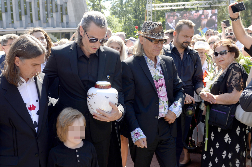 Szymon i Mateusz, synowie Kory, oraz mąż Kamil Sipowicz, fot. Mieszko Piętka, Jordan Krzemiński /AKPA