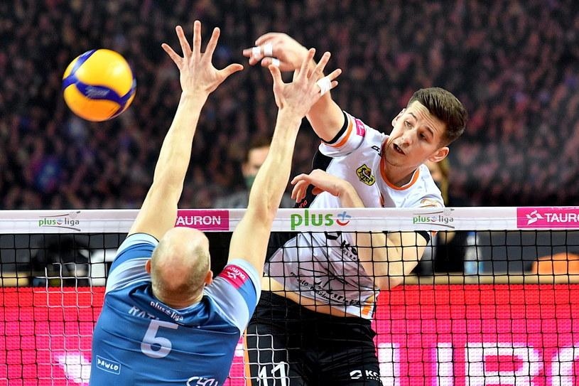 Szymon Jakubiszak z Cuprum Lubin atakuje, blokować próbuje Artur Ratajczak z MKS-u Będzin /PAP/Sebastian Borowski /PAP