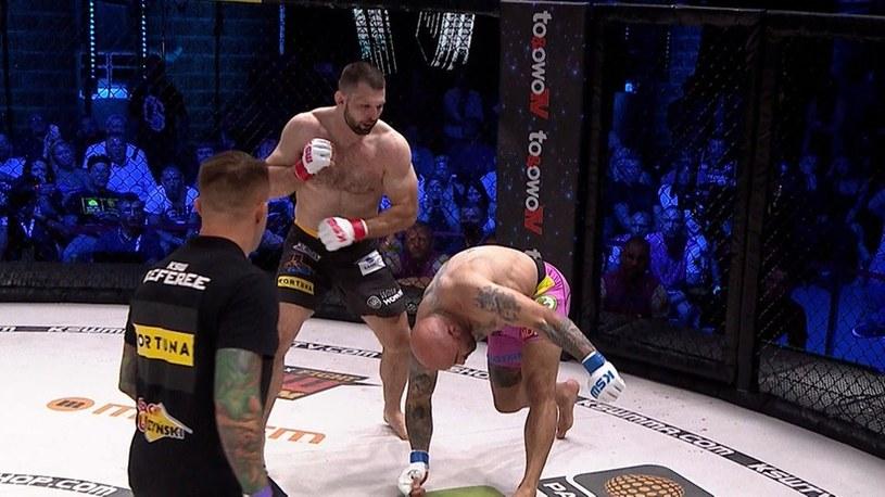Szymon Kołecki pokonał Akopa Szostaka w walce wieczoru /Polsat Sport