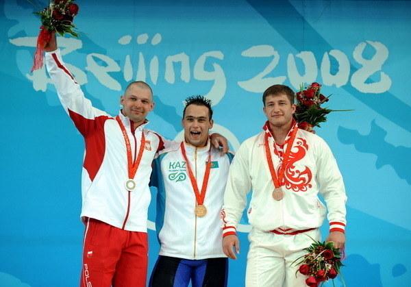 Szymon Kołecki (z lewej) na podium podczas igrzysk w Pekinie. Obok Ilja Iljin /AFP
