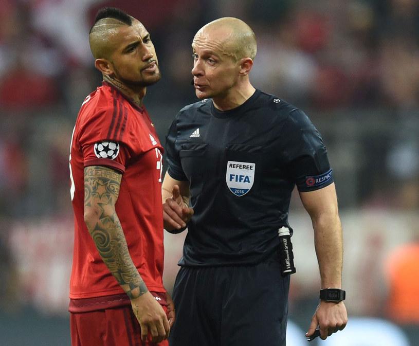 Szymon Marciniak i Arturo Vidal z Bayernu Monachium podczas meczu Ligi Mistrzów /AFP