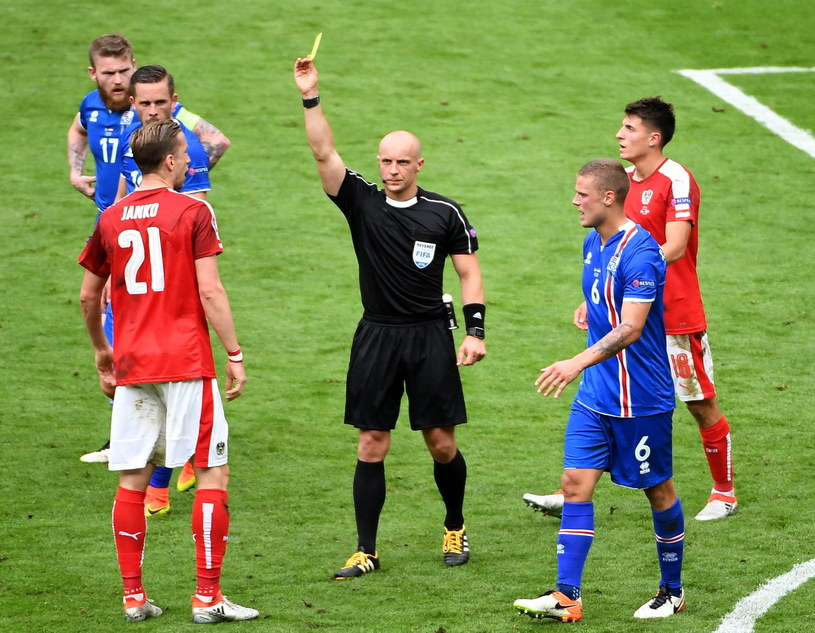 Szymon Marciniak podczas spotkania Islandia - Austria na Euro 2016 /PAP/EPA