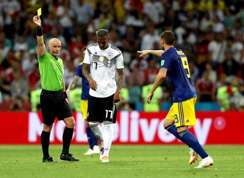 Szymon Marciniak pokazuje żółtą kartkę Jerome'owi Boatengowi w meczu Niemców ze Szwedami /PAP/EPA