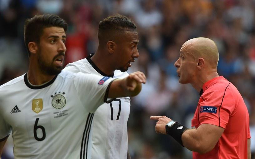 Szymon Marciniak (z prawej) podczas meczu Niemcy - Słowacja /AFP