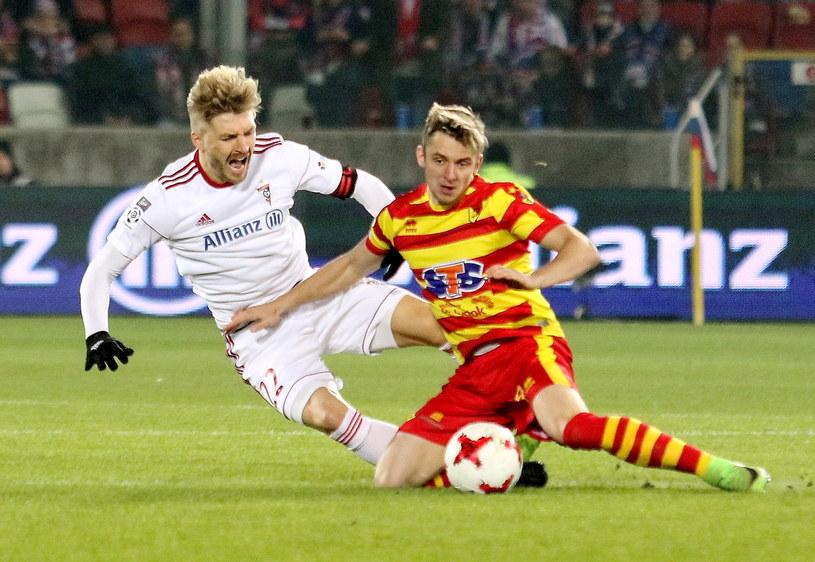 Szymon Matuszek (L) walczy o piłkę z Arvydasem Novikovasem (P) /Marek Zimny /PAP