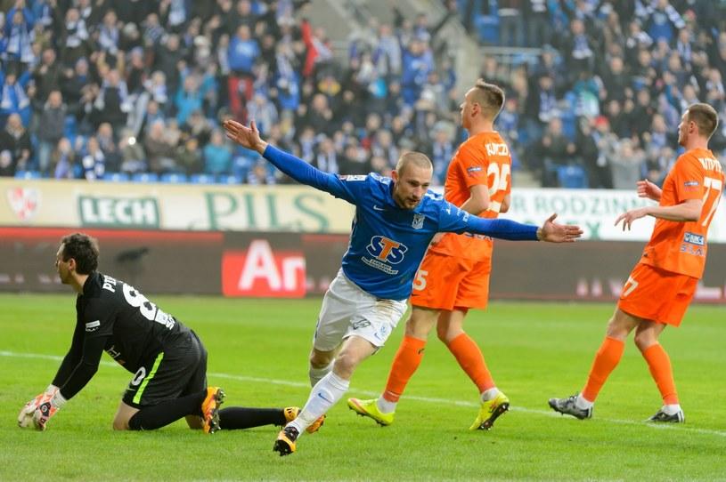 Szymon Pawłowski (niebieska koszulka) był bohaterem meczu Lecha z Termaliką /Jakub Kaczmarczyk /PAP
