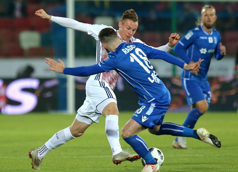 Szymon Żurkowski popisał się znakomitym uderzeniem w meczu z Lechem /Andrzej  Grygiel /PAP