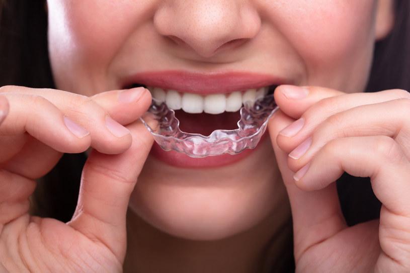 Szyna zapobiegnie zgrzytaniu zębami /123RF/PICSEL