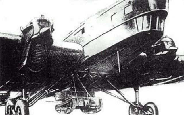 T-27 podwieszony pod kadłubem TB-1 /Archiwum prywatne /INTERIA.PL