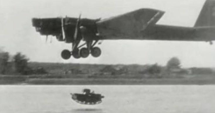 T-37 tuż przed uderzeniem o powierzchnię wody. Czołg natychmiast zatonął /YouTube