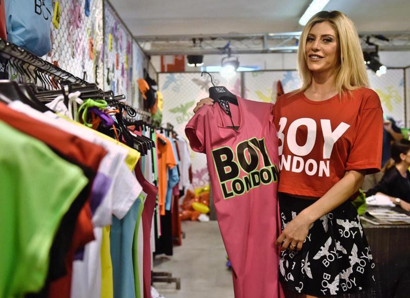 T-shirt ze sloganem to wciąż jeden z najmodniejszych trendów sezonu /PAP life