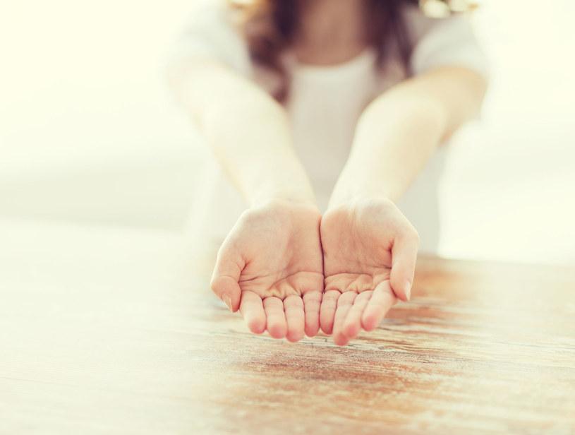 Ta choroba objawia się drżeniem rąk. Jest bardzo niebezpieczna /123RF/PICSEL