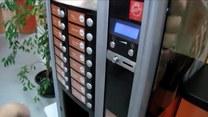 Ta maszyna robi kawę, czyści buty i... opowiada dowcipy!