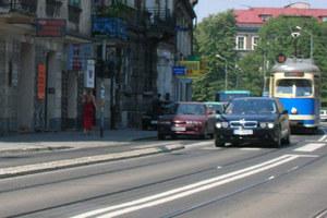 """Ta sama ulica, inny samochód. Też """"władza""""? / kliknij /INTERIA.PL"""